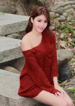 邬育錡性感红色毛衣裙户外摄影写真